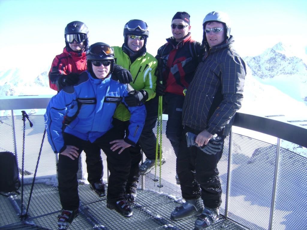 Bis auf den Gipfel des 3450 m hohen Hinteren Brunnenkopfes wagten sich im März 2011 die Skifahrer des TSV Ostheim. Auf der Aussichtsplattform in luftiger Höhe genossen (v. l.) Mike Zehe, Heiko Zehe, Martin Krauß, Volker Gunzenheimer und Markus Hietsch die grandiose Aussicht auf unzählbare Alpengipfel.